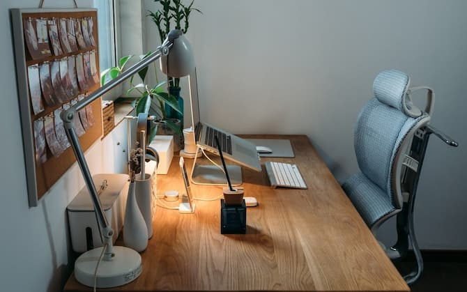 A decent ergonomic desk should be used in combination with a mesh ergonomic chair to encourage excellent sitting posture, neutral wrists while typing, and easy switching between standing and sitting at work. The most crucial element to consider is the desk height since it has a direct impact on your posture and the amount of legroom underneath.